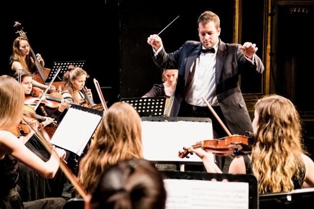 """Orkiestra Antraktowa Teatru Polskiego w Poznaniu powstała pięć lat temu. Jej założycielami są dyrektor artystyczny teatru Maciej Nowak, a także jej dyrygent Adam Domurat. Orkiestrę tworzą zawodowi muzycy, ale też amatorzy-pasjonaci. Liczy się przede wszystkim """"miłość do muzyki i nienaganna umiejętność gry na instrumencie"""". Tym samym, orkiestra przy Teatrze Polskim może nie tylko pochwalić się wspaniałym wykonawstwem, ale posiada ważny walor społeczno-edukacyjny."""