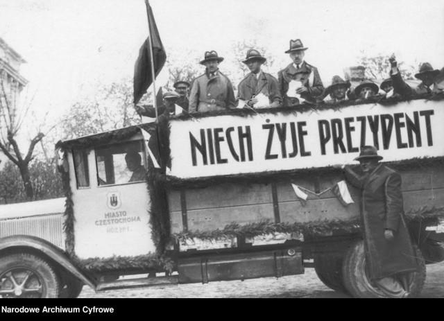 Jak głosowaliśmy 50 i 100 lat temu? Zobacz archiwalne zdjęcia z wyborów. Lokale wyborcze pękały w szwach!  Samochód agitacyjny na ulicach Częstochowy z flagami i napisem na cześć prezydenta Ignacego Mościckiego (1933)