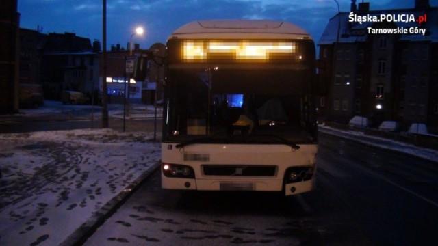 Samochód osobowy zderzył się z autobusem miejskim. Zobacz kolejne zdjęcia. Przesuwaj zdjęcia w prawo - naciśnij strzałkę lub przycisk NASTĘPNE >>>