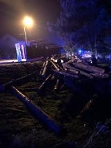 Olza: tir z drzewem wywrócił się w nocy przy ulicy Bogumińskiej. Bale zmiotły ogrodzenie prywatnej posesji. Zobaczcie