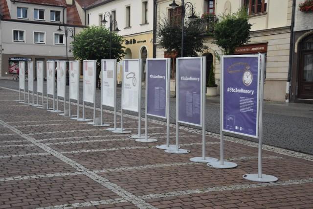 Wystawa Stolen Memory na żorskim rynku będzie dostępna niemal do końca wakacji.