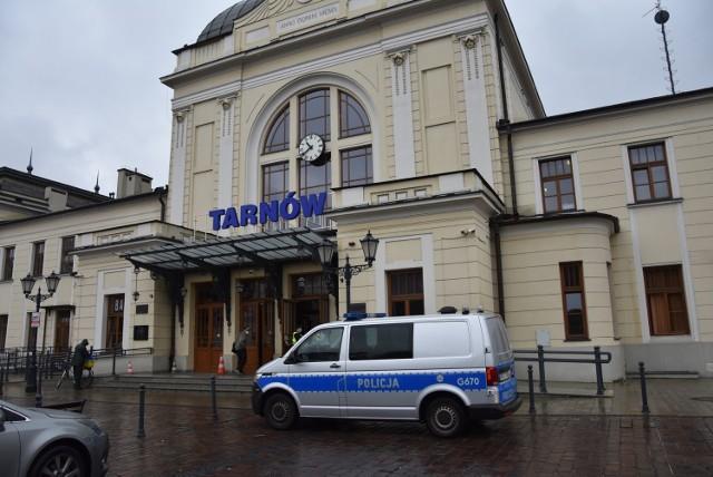 Po zgłoszeniu o tym, że na dworcu może przebywać groźny przestępca, na miejsce przyjechało kilka radiowozów policji