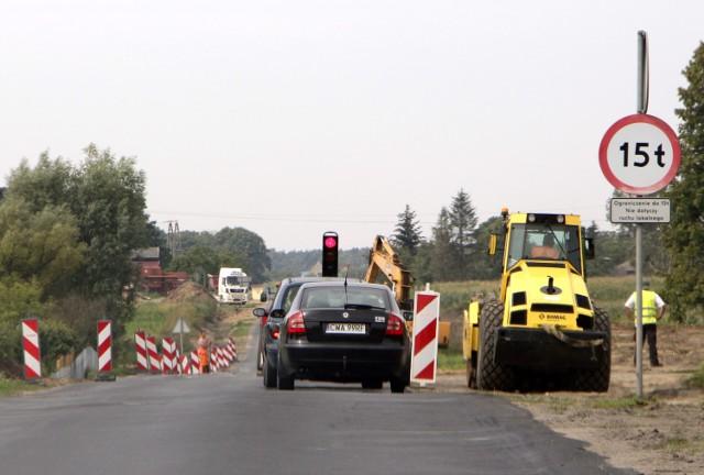 Trwa przebudowa drogi od Wąbrzeźna do Stolna utrudnienia w ruchu, którym kieruje sygnalizacja świetlna.