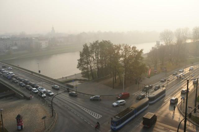 Gdy poziom stężenia pyłu PM10 we wszystkich czterech stacjach monitorujących zanieczyszczenie powietrza w Krakowie przekroczy 150 mikrogramów na metr sześcienny lub w jednej stacji poziom 200 mikrogramów, kierowcy będą mogli za darmo jeździć autobusami i tramwajami
