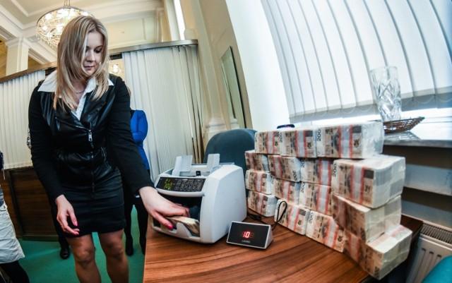 Jeden z najpopularniejszych banków w Polsce rozważa wprowadzenie opłat za przetrzymanie na rachunkach bankowych pokaźnych sum pieniędzy! O jaki bank chodzi i w jakich konkretnie przypadkach klienci będą musieli się liczyć z dodatkowymi kosztami? Nieoficjalnie mówi się, że nad takim rozwiązaniem zastanawiają się też inne banki. Jaki jest powód? Sprawdźcie szczegóły w poniższej galerii!  Czytaj dalej >>> TUTAJ
