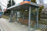 Wandale grasują w Krośnie i gminie Chorkówka. Niszczą nowe przystanki, rozbijają lustra drogowe. Skala zniszczeń ogromna [ZDJĘCIA]