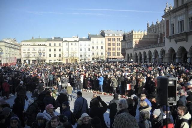 W geście solidarności oraz sprzeciwu wobec mowy nienawiści mieszkańcy Krakowa spotkali się pod Wieżą Ratuszową. Na płytę Rynku wniesiono kir z herbem Gdańska.