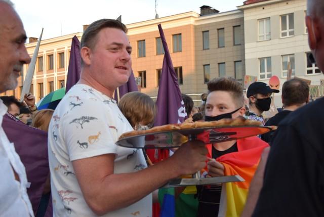 Tęczowe tłumy na Rynku Kościuszki. Solidarnie z Margot. Demonstrację wspierały osoby przechodzące przez centrum. Miejscowa restauracja częstowała pizzą