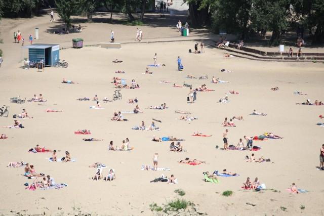 Jeżeli nie chcecie piknikować w Parku, a interesuje Was bardziej nadmorski klimat - świetnym miejscem do plażowania i pikniku są piaszczyste brzegi Wisły. Dużo osób spędza czas po praskiej stronie stolicy, na plaży przy Moście Poniatowskiego.