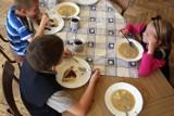 Jak wyglądają obiady w szkołach? Przeterminowane produkty, zbyt małe porcje, tańsze zamienniki... [WYNIKI kontroli]