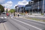 Zakończyła się przebudowa ulicy przed Galerią Młociny. Pojawiła się tam nowoczesna sygnalizacja świetlna, droga dla rowerów i nowe chodniki