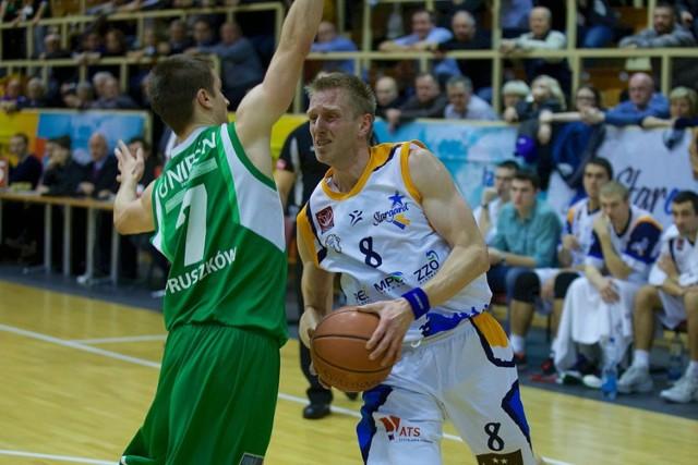 Rozgrywający Spójni Marcin Stokłosa w dwóch ostatnich meczach 11 razy rzucał za 3 punkty. Wszystkie rzuty spudłował