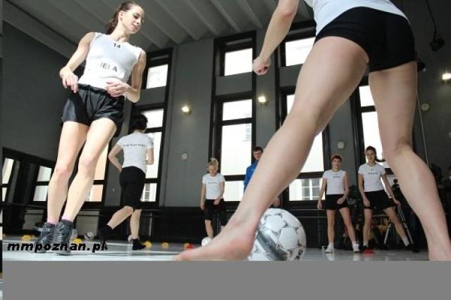 Rozgrzewka, ćwiczenia z piłką a nawet krótka gra kontrolna pod ...