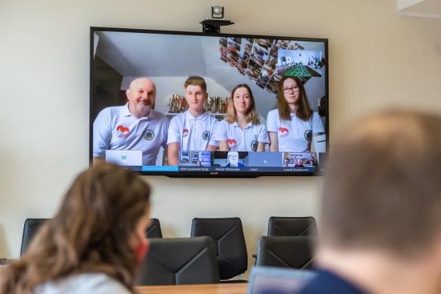 Z nagrodzonymi sportowcami, trenerami i działaczami marszałek Piotr Całbecki i członek zarządu województwa Aneta Jędrzejewska spotkali się online