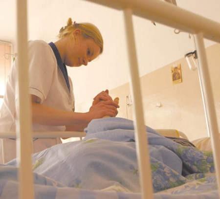 Agnieszka Krawczyk opiekuje się pacjentami oddziału paliatywnej opieki szpitala w Będzinie.