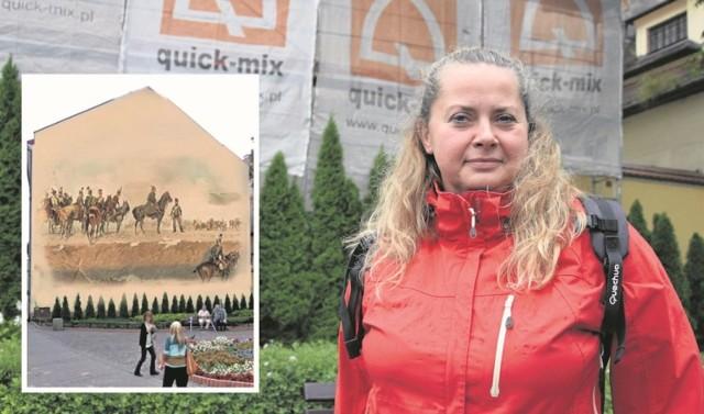 Anna Kropiowska przed kamienicą, na której powstanie kopia obrazu Styki