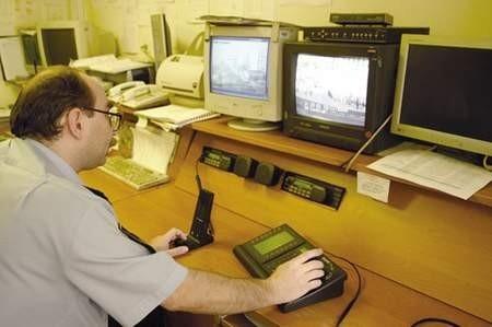 Starszy strażnik Ryszard Łosiowski obserwuje monitorujące miasto kamery.