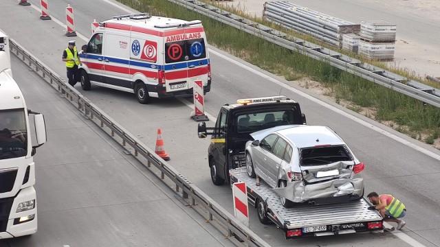 Kolizja z udziałem karetki na węźle bełchatowskim (Piotrków Południe). Trzy osoby przewieziono do szpitala ZDJĘCIA
