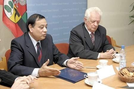 Prezes zarządu Mittal Steel Poland S.A. Vijay Kumar Bhatnagara i prezydent miasta Jerzy Talkowski podpisali porozumienie w sprawie nowej inwestycji.