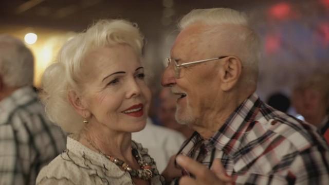 Pewnej nocy na parkiecie w Cafe Uśmiech Jola poznaje Wojtka - starszego od siebie mężczyznę, który zakochuje się w niej bez pamięci.