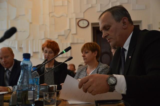 Przewodniczący Klubu Radnych PiS Wojciech Duda uważa, że koalicyjni radni na siłę chcieli przegłosować absolutorium dla zarządu powiatu bytowskiego