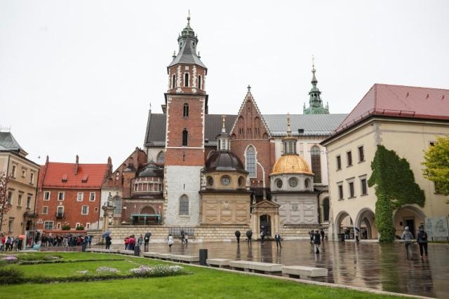 Po raz pierwszy od prawie 500 lat nieoficjalnie zajrzano do wnętrza komory grobowej ze szczątkami Kazimierza IV Jagiellończyka 13 kwietnia 1973 r., na dodatek w piątek. To nie wróżyło niczego dobrego - wspominał Zbigniew Święch, autor cyklu książek poświęconych tajemnicom królewskich gorbowców.