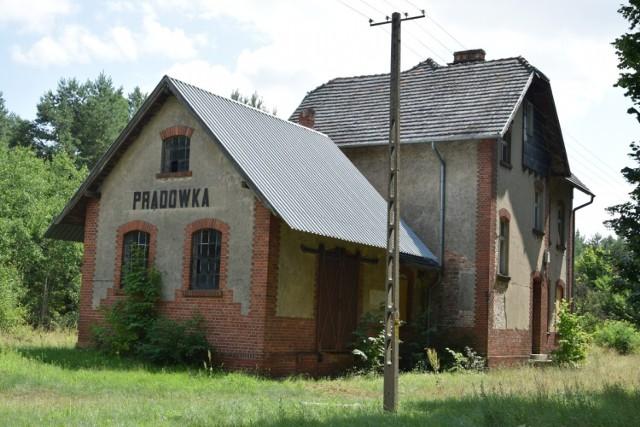 """Budynek stacyjny Prądówka  i otoczenie. Na szlaku dawnej """"MIĘDZYCHÓDKI"""" - 20.07.2021"""