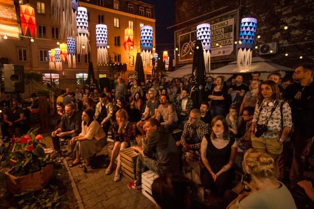 Ulica Ząbkowska jest od dłuższego czasu kulturalno-rozrywkowym centrum Pragi. Można tam znaleźć wiele klimatycznych kawiarenek, modnych pubów i restauracji z pysznym jedzeniem. Kultowy jest chociażby pub W oparach absurdu czy bary oferujący słynne pyzy z Różyca.  Dodatkowo w niektóre weekendy wakacji odbywa się tam festiwal Otwarta Ząbkowska, czyli mnóstwo darmowych wydarzeń. Szczegółów szukajcie tutaj