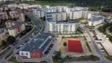 Nowe boisko na Górczynie w Gorzowie ma już nawierzchnię. Kiedy będzie można tu pograć?