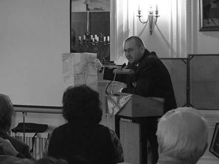 Tomasz Mazur podczas londyńskiej prelekcji pokazuje mapę dąbrowskich jezior.