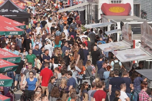 W weekend w Poznaniu odbyła się Wielka Szama na Stadionie, czyli Festiwal Smaków Food Trucków 2020. Impreza przyciągnęła pod stadion przy Bułgarskiej prawdziwe tłumy łakomczuchów.  Przejdź do kolejnego zdjęcia --->