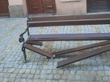 Ktoś zniszczył ławkę na Starym Mieście w Przemyślu. Prezydent miasta ogłosił konkurs na określenie dla tej osoby