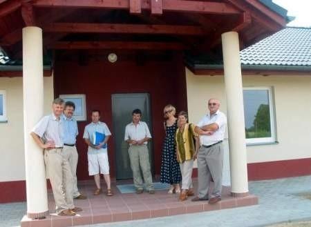 Przed budynkiem Lokalnego Centrum Kultury, Edukacji i Organizacji Pozarządowych w Będźmierowicach.
