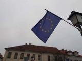 Konin. Flagi Polski i UE na znak protestu wobec zapowiedzi zawetowania unijnego budżetu