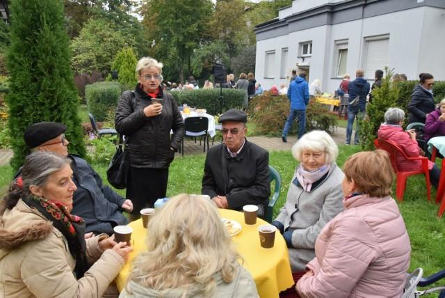 """Na festynie zatytułowanym """"Pożegnanie lata"""" zorganizowanym w ogrodzie Klubu Seniora dobrze bawili się wszyscy seniorzy."""