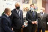 Międzychód. Minister Grzegorz Piechowiak przyjechał do Międzychodu, by pomóc rozwiązać kryzys związany z planowaną budową fabryki w Gorzyniu