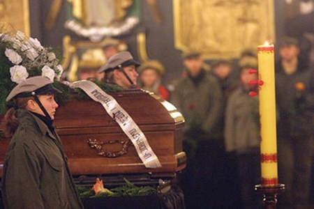 W piątek pochowano 35-letniego Tomasza Kanię z Rybnika-Boguszowic, który zginął w katastrofie budowlanej w Chorzowie. Pożegnali go najbliżsi, hodowcy, a także harcerze. Prezydent Rybnika uruchomił konto, na które można wpłacać pieniądze dla rodziny pana Tomasza oraz wszystkich innych, którzy ucierpieli w tragedii. Dominik Gajda