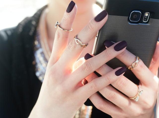 Jak wzmocnić paznokcie? Rozdwajające się i łamiące płytki możesz zregenerować domowymi sposobami.