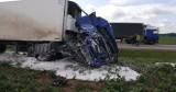 """Wypadek na  krajowej """"szóstce"""". Ciężarówka uderzyła w drzewo [ZDJĘCIA]"""