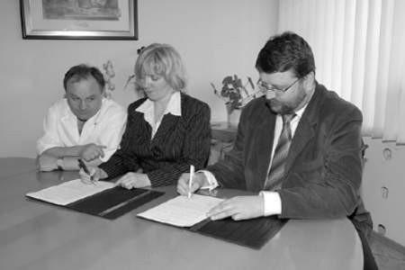 """Adam Kieres, przewodniczący Związku Zawodowego Lekarzy, Elżbieta Żuchowicz, szefowa szpitalnej """"Solidarności"""" i dyrektor Artur Borowicz podpisują porozumienie."""