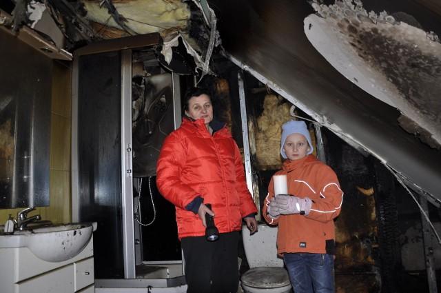 Jadwiga Czernecka i jej wnuczka Wiktoria pokazują ogrom zniszczeń po pożarze