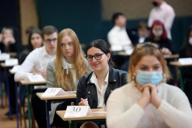 CKE podała terminy przyszłorocznych egzaminów. Matura rozpocznie się 4 maja 2022 i potrwa do 23 maja 2022. Egzamin ósmoklasisty zostanie przeprowadzony w dniach 24-26 maja 2022.