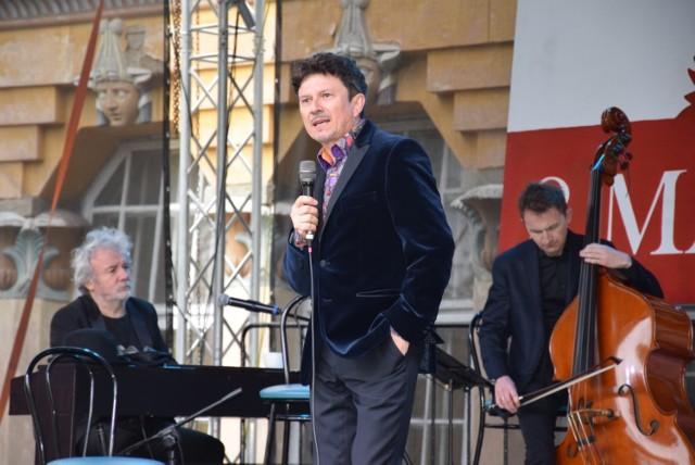 Zorganizowany przez Miejsko-Gminny Dom Kultury w Końskich koncert Jacka Wójcickiego stanowił zwieńczenie całodniowych obchodów związanych z uchwaleniem Konstytucji 3 maja. ZOBACZ NA KOLEJNYCH SLAJDACH>>>    Tegoroczną gwiazdą uroczystości 3 maja w Końskich był wszechstronnie uzdolniony oraz powszechnie lubiany aktor i piosenkarz, Jacek Wójcicki. Koncert odbył się na scenie letniej koneckiego domu kultury. Podczas występu nie brakowało znanych piosenek, które publiczność w Końskich chętnie śpiewała razem z artystą.    Dodajmy, że przed główną gwiazdą na scenie zaprezentowali się wokaliści ze Studia Piosenki prowadzonego przez instruktorów Domu Kultury Romana Cieślaka i Macieja Lisowskiego.   POLECAMY TAKŻE:  Te imiona kiedyś były obciachem, a teraz biją rekordy popularności