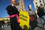 """Antypisowska i antyklerykalna manifestacja """"pod Adasiem"""" na krakowskim Rynku [ZDJĘCIA]"""