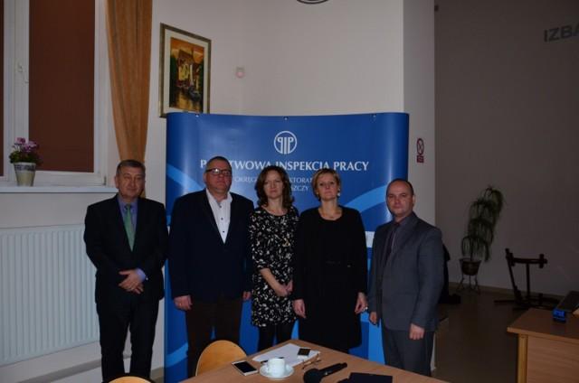 Sławomir Krawulski, koordynator projektu (pierwszy z prawej) z dyrektorem ZSZ i przedstawicielami PIP.