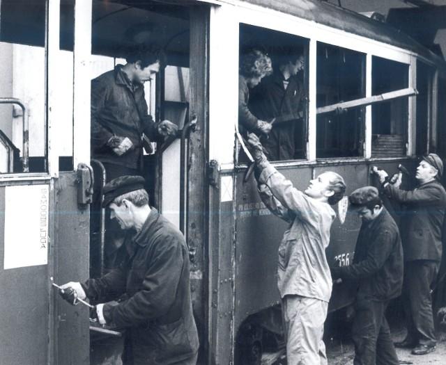 Rok 1979 - mechanicy z zajezdni przy Słowiańskiej rozbierają tramwaj przeznaczony do kasacji. Niektóre części mogą się jeszcze przydać...