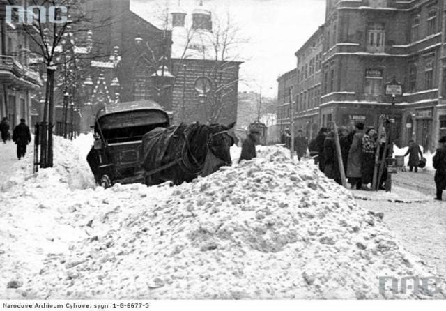 Luty 1937. Odśnieżarka podczas pracy przed Kościołem Mariackim
