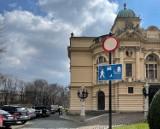 Kraków. Spór o parking na placu św. Ducha. Strażnicy miejscy zostawiają kartki za szybami aut [ZDJĘCIA]