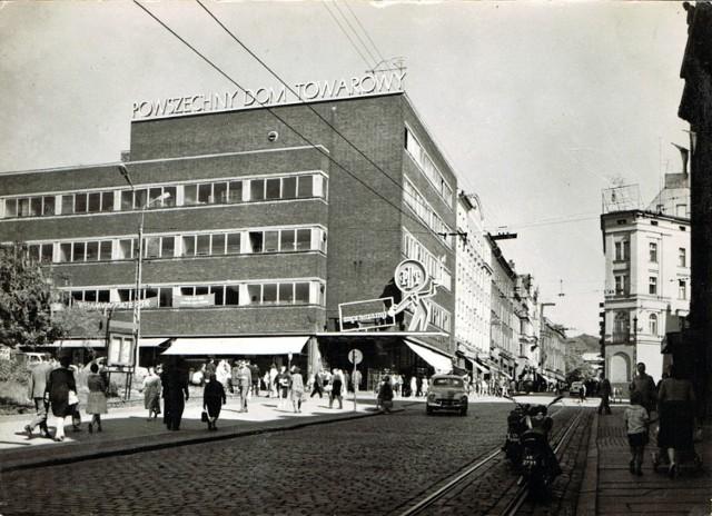 1966  Powszechny Dom Towarowy. Pocztówka BW Ruch.