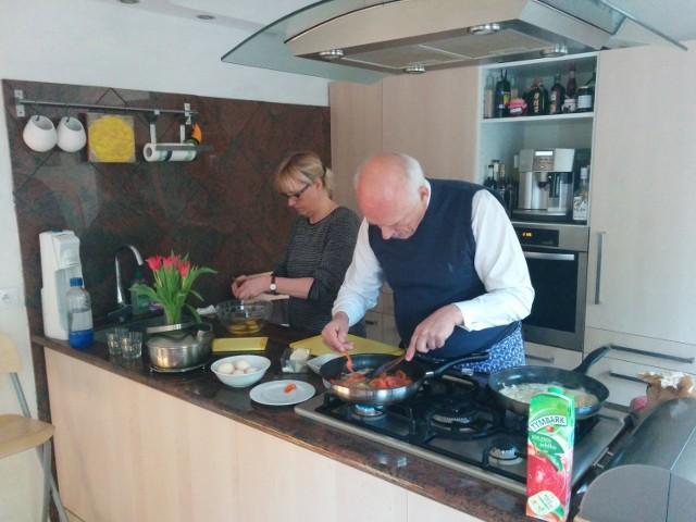 Śniadanie z Januszem Korwinnem Mikke. Polityk przygotował jajecznicę